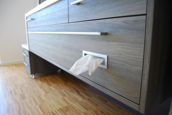 Tuchspender integriert im Unterschrank im Badezimmer