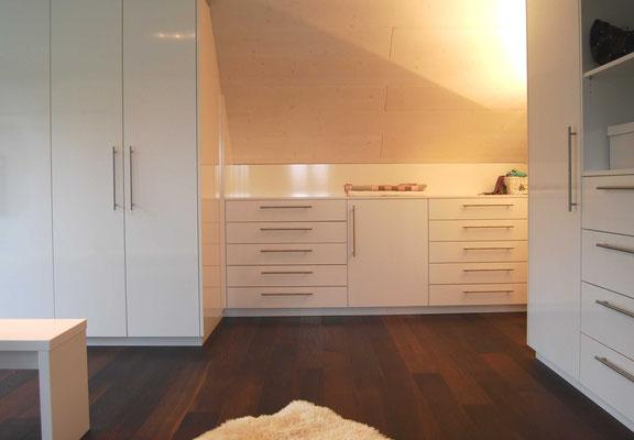 Weiße maßgefertigte Schänke für einen Raum mit Dachschräge