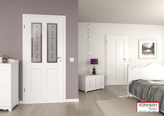 Weiße Zimmertür mit verspielten Glasfenstern