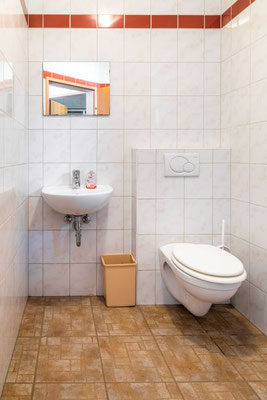 2 getrennte Räume: 1 Dusche und 1 WC für Mädchen