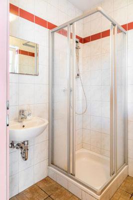 2 getrennte Räume: 1 Dusche und 1 WC für Burschen