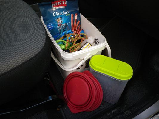 Die Kiste mit leckeren Snacks, Spielis, Leinen und einem Wassernapf.