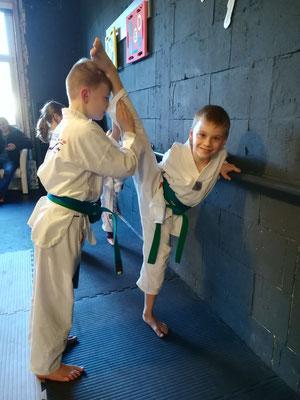 Thema Beweglichkeit durch Sport - Kinder Karate 002