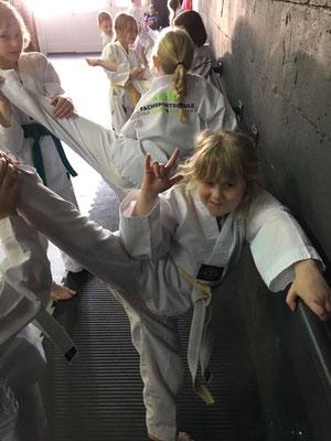 Thema Beweglichkeit durch Sport - Kinder Karate 003