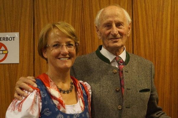 Die jetzige Chorleiterin Ulli mit Gründer des Volksliedchores Prof. Sepp Ortner - Volksliedchor Bad Kleinkirchheim