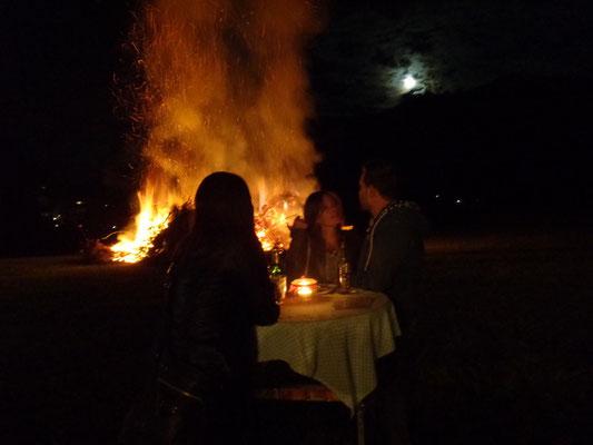 Romantische Stimmung, während das Sonnwendfeuer brennt - Volksliedchor Bad Kleinkirchheim