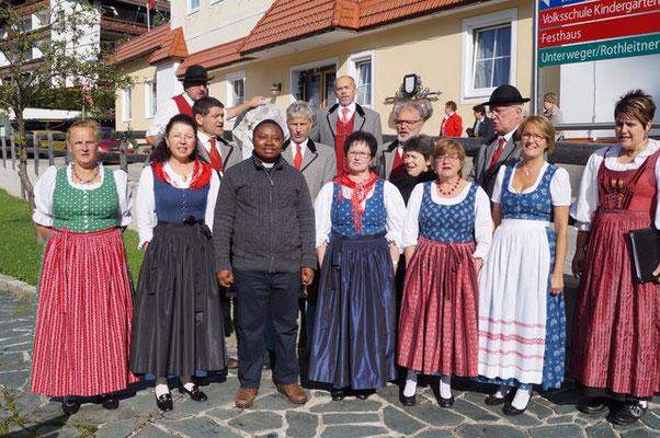 Herr Pfarrer Uzoh freut sich, wenn wir die Messen gestalten - Volksliedchor Bad Kleinkirchheim