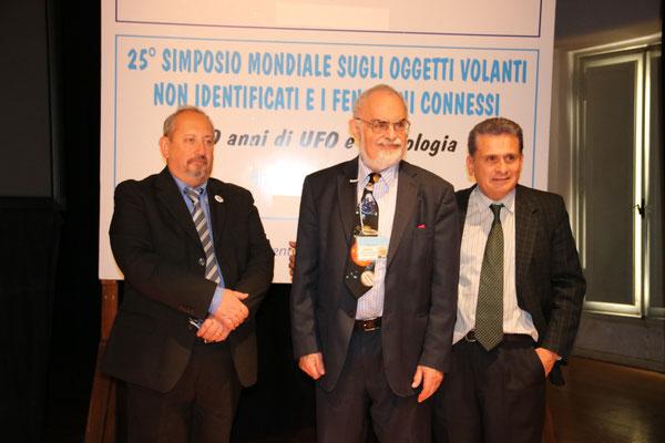da sx a dx: Vladimiro Bibolotti - Stanton T. Friedman - Roberto Pinotti (Segretario Generale CUN Firenze)