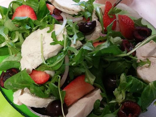 Salade de pintade, fraises et cerises
