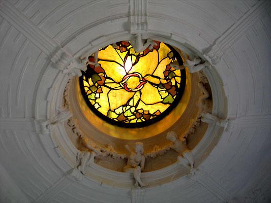 Витраж в потолочном окне