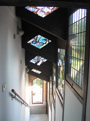 Витражи в потолке лестницы