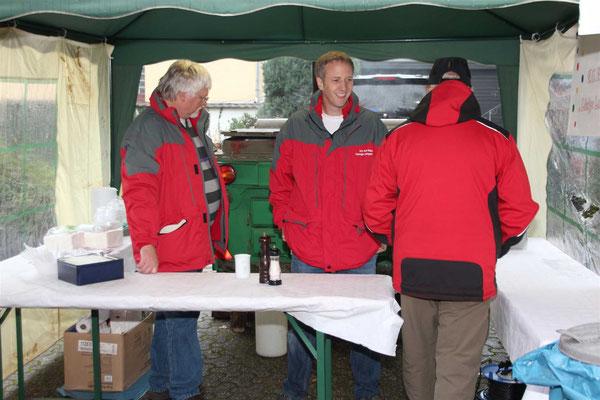 KG Rut-Wiess Löstige Langeler verkauft erbsensuppe für die Jugendarbeit