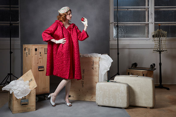 Mantel, Balenciaga, 1963, Seiden Matelassé von Abraham, Zürich ... Hut, Francioni, Seide ... Handschuhe, Vintage ... Peep Toes, Mauro Vesprini ... Ohrclips, Givenchy, Paula Winteler ... Koffer, Samsonite