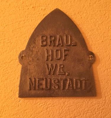 054 Wiener Neustädter Brauerei, Messing, Abm. 11,5 cm x 10 cm, ca. 1910