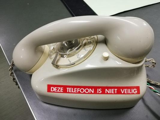 Ze zouden moeten weten hoe gevaarlijk een telefoon nu kan zijn!