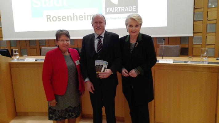 Bürgermeisterin Dr. Burkl, Pastor Alexander Schott, Oberbürgermeisterin Gabriele Bauer, Rezertifizierung Rosenheim FairTrade Stadt