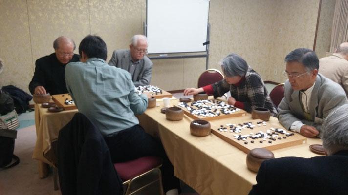 指導碁を受ける皆さん   左から  木村光雄さん、酒井恵照さん、田中裕子さん、森榮一さん
