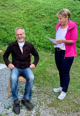 Launige Laudatio von Sandra zur Ernennerung von Balz Feldmann zum Ehrenmitglied.
