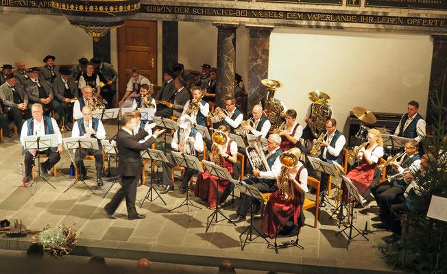 Dirigent Patrick Gründler führt...