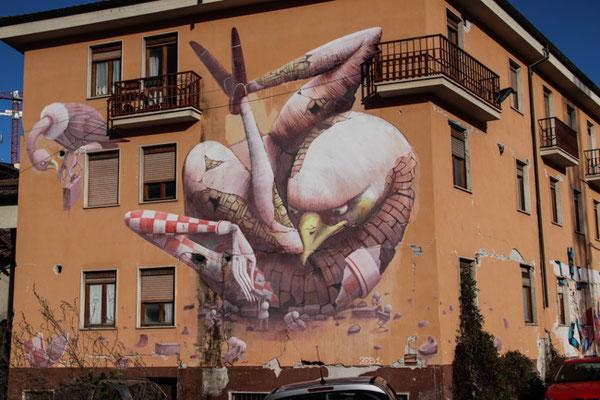 L'Aquila, das Bild hat das Erdbeben überlebt, das Haus ist voller Risse
