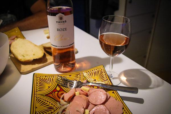 Schweizer Wurstsalat mit nordmazedonischem Wein auf marokkanischen Tellern in Albanien