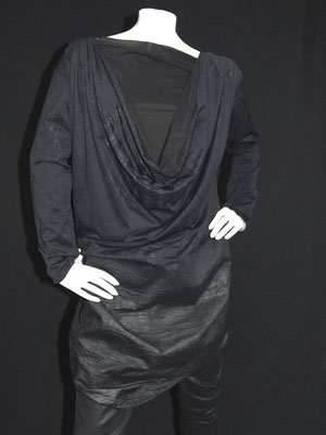 Wasserfallkleid aus gummiertem Effektstoff, schwarz