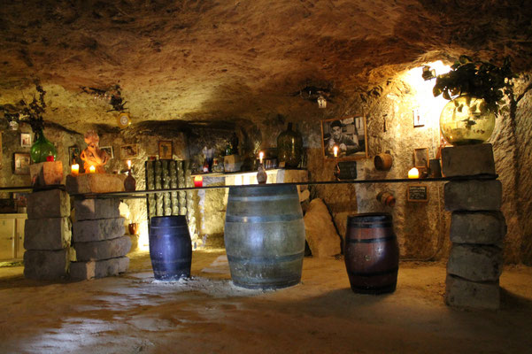 Dégustation du vin dans la cave troglodytiques