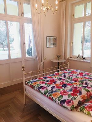 Das Schlafzimmer mit Ausgang zur großen Veranda