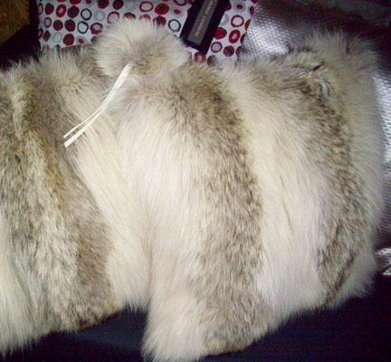 coussins en fourrure et pompom