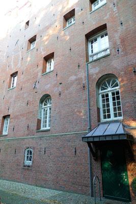 Das alte Mauerwerk des Wehrturmes am Schloss Ritzebüttel