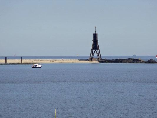Schiffe fahren an der Kugelbake von Cuxhaven vorbei