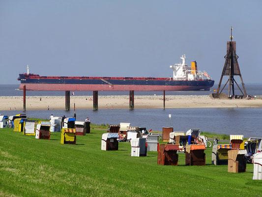 Schiffspassage an der Kugelbake in Cuxhaven Döse