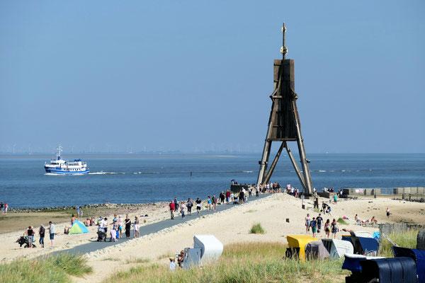 Die Kugelbake von Cuxhaven mit dem Schiff MS Jan Cux 2