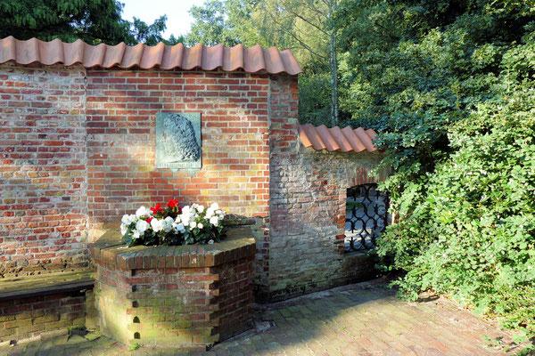 Mauer mit Gedenktafel für Barthold Heinrich Brockes