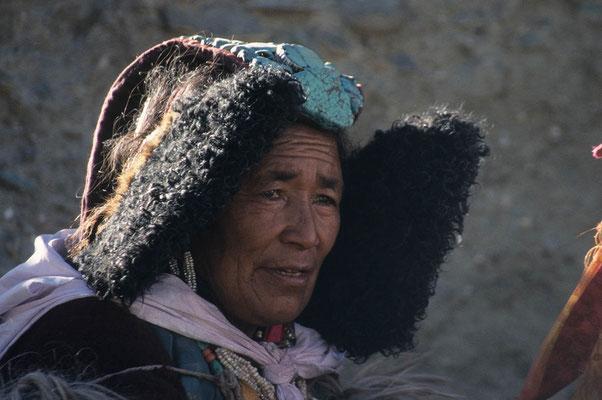 Die Brautmutter in ihrer traditionellen Tracht. Ihr Kopfschmuck ist reich geschmückt mit wertvollen Türkisen.
