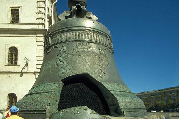 Mit 210 Tonnen ist die im Jahre 1737 gegossene Zarenglocke, die größte Glocke der Welt. Kurz nach ihrer Fertigstellung brach ein 12 Tonnen schweres Stück heraus.