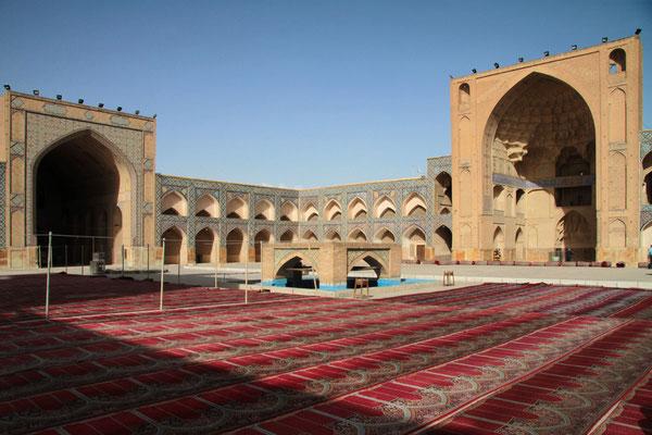 Bei der Freitagsmoschee von Isfahan faszinieren die kunstvollen Kuppeln und Gewölbe.