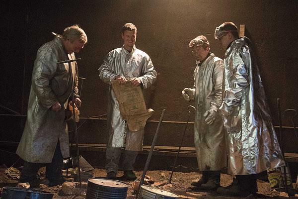 Die Werker treffen die letzten Vorbereitungen.