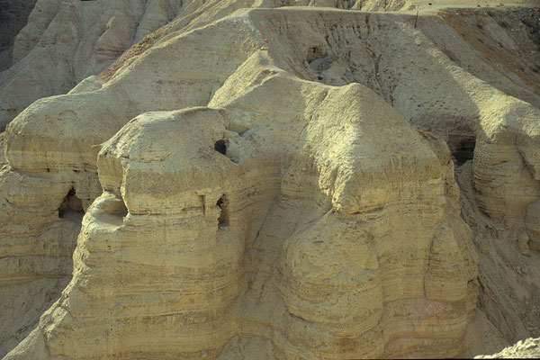 Zwischen 1947 und 1956 entdeckten Forscher  in den Höhlen bei Qumran rund 850 Schriftrollen aus dem antiken Judentum.