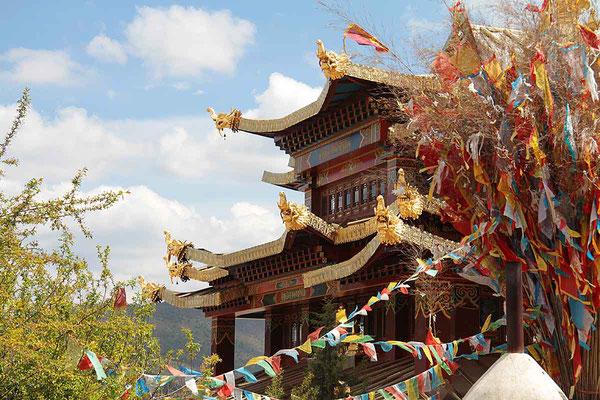 """Tempel in Zhongdian. Die Stadt liegt immerhin noch 3300 m hoch und nennt sich werbewirksam """"Shangri La""""."""