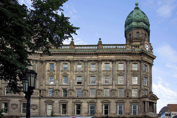 Imposante Gebäude schmücken das Stadtbild von Belfast.