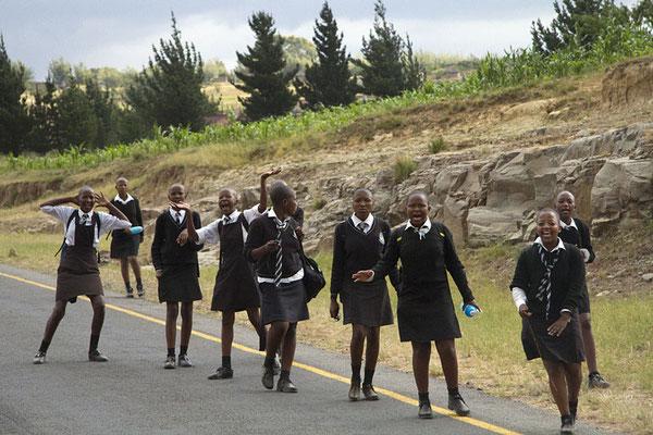 Schulmädchen in Lesotho auf dem Heimweg.