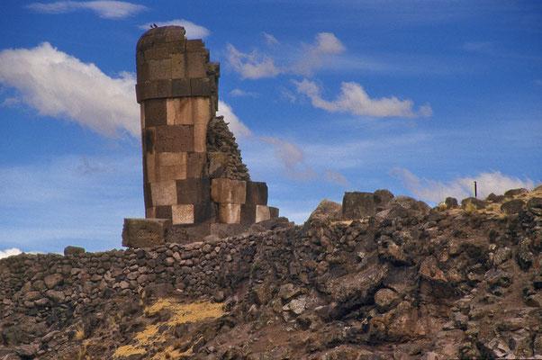 Auf einer Halbinsel im Umayosee  stehen die Grabtürme von Sillustani.