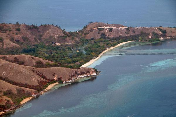 Blick aus dem Flieger auf die Inselwelt von Indonesien