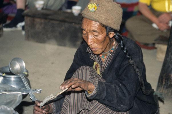 Wir sind zu Gast im Elternhaus unseres Bergführers Namgyal. Er stammt aus Reru. Seine Mutter bewirtet uns und kocht für uns Buttertee.