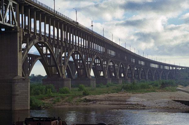 Hier überspannt eine gewaltige Doppelbrücke die Wolga. Über sie rollen auf einer Etage die Eisenbahnen und auf der anderen Etage der Straßenverkehr.