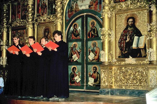 – und hören fasziniert  die Gebetsgesänge der orthodoxen Mönche.