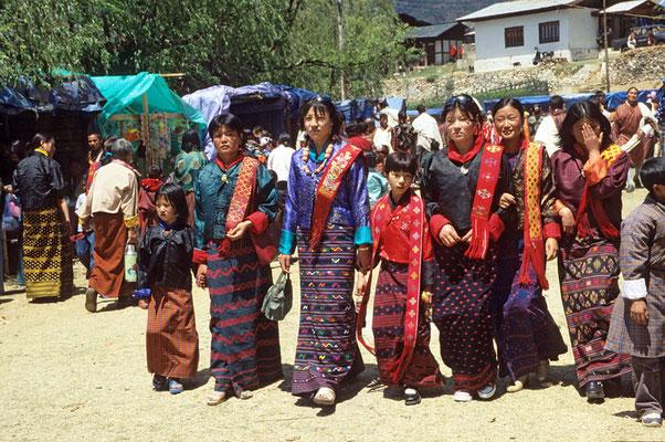 Das Paro –Tsechu lockt die Menschen aus der ganzen Region an. Festlich gekleidet kommen sie zu dem großen Fest.