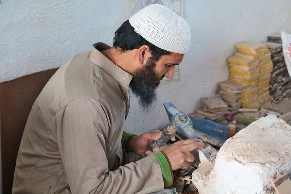 Handwerker in Fes bei seiner diffizilen Arbeit: Bearbeitung kleinster Keramik - Stückchen.