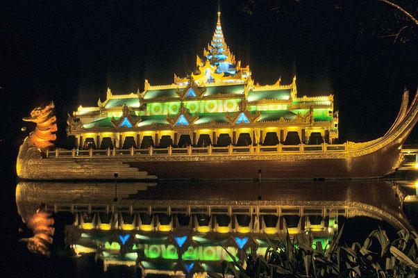 Das einer Königsbarke nachgebaute Restaurant Karaweik von Yangon.